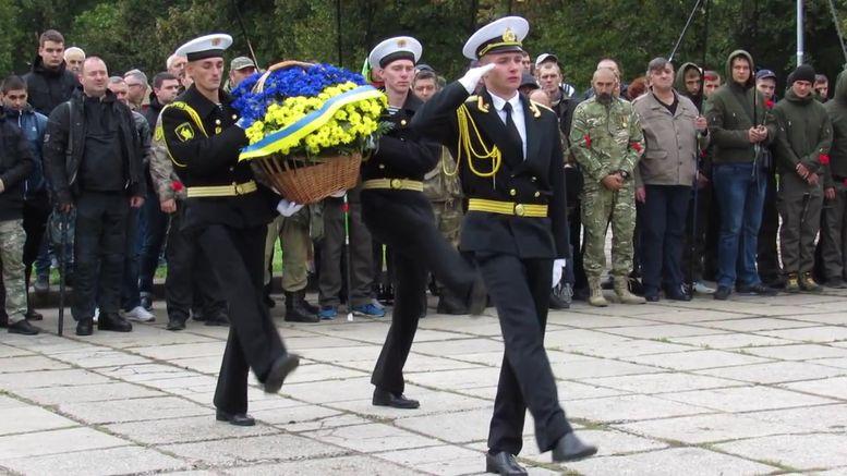 меморіальний камінь на честь героїв АТО - покладання квітів
