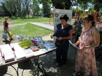 Бібліомайданчик - Татарбунари - виставка «Хай живі пам'ятають та покоління знають» - 1
