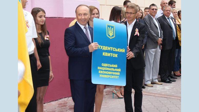 ректор ОНЭУ Михаил ЗВЕРЯКОВ со студентами