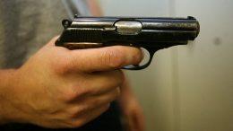 хлопчик вистрілив із пневматичної зброї у сестру