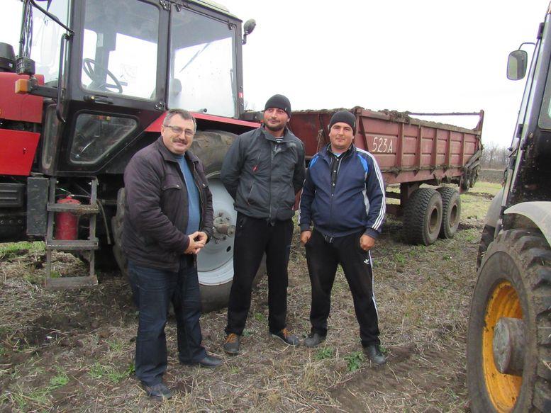 главный агроном ООО «Агрофирма «Днестровская» Дмитрий МЕРЖАН (слева) с механизаторами